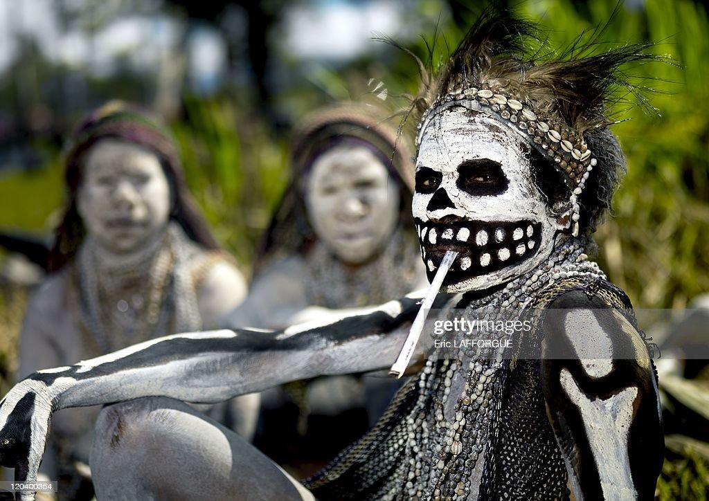 Skeleton Woman Smoking In Mount Hagen, Papua New Guinea On September 24, 2007 - : Nachrichtenfoto
