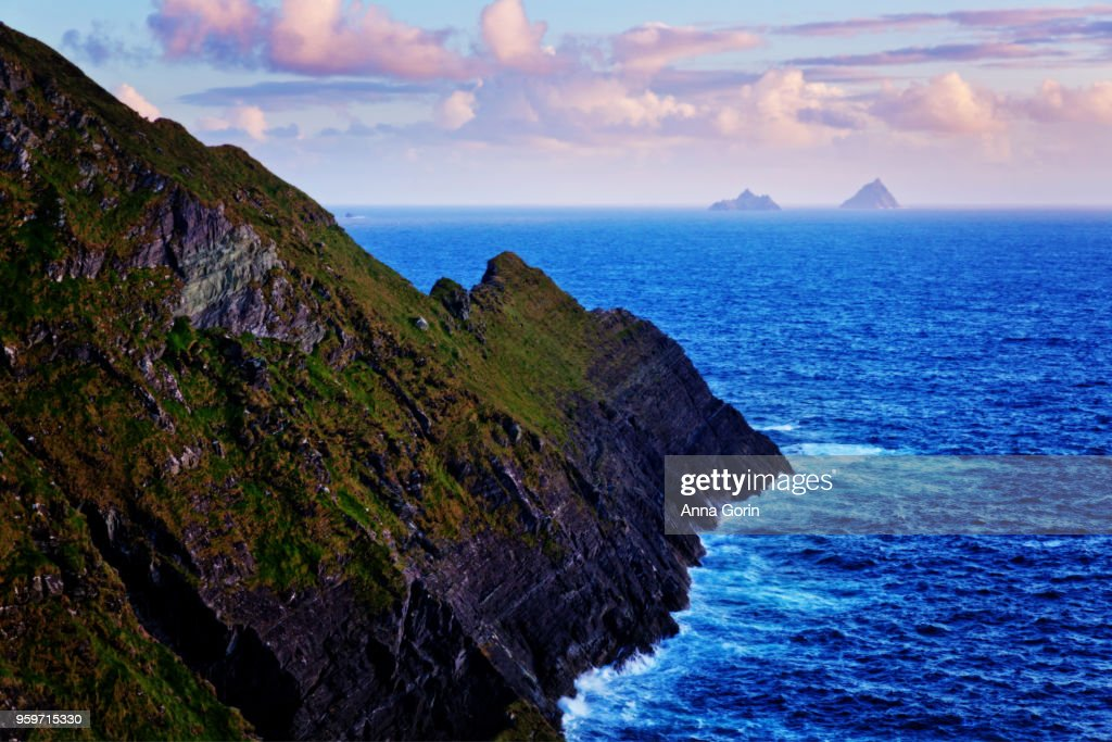 Skellig Islands on horizon at sunset viewed from Kerry Cliffs outside Portmagee, western Ireland : Stock-Foto
