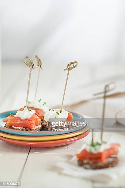 skewered appetizers made of german rye bread, salmon and horseraddish cream sauce - pane integrale foto e immagini stock