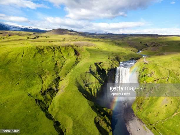 skógafoss rainbow - fimmvorduhals volcano stockfoto's en -beelden