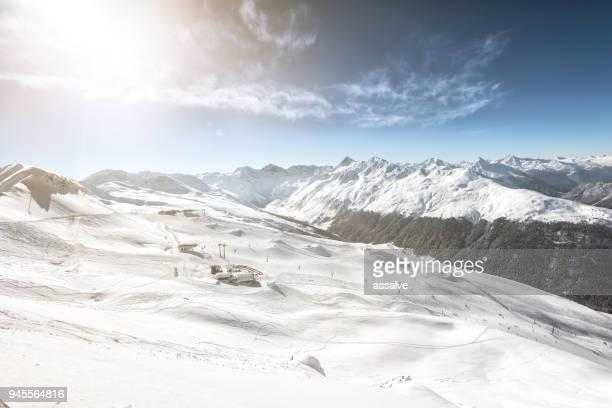 skigebiet jakobshorn mit jatzhütte davos, schweiz - davos stock-fotos und bilder
