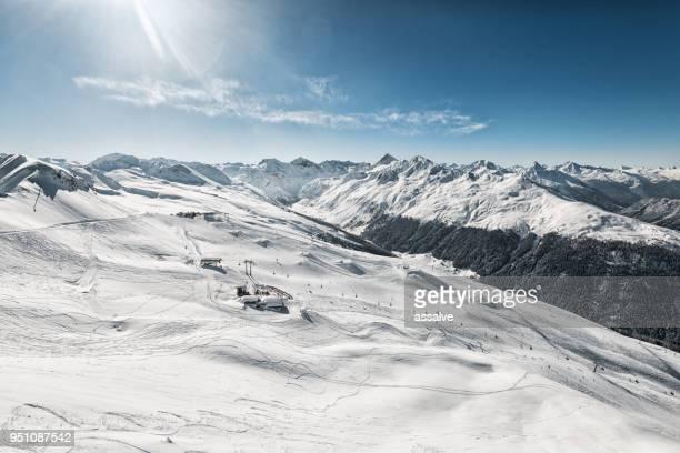 skigebiet jakobshorn mit jatzhütte davos, schweiz - kanton graubünden stock-fotos und bilder