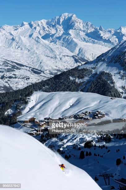 Ski au dessus de La Plagne Village au fond le Mont Blanc Savoie France MR
