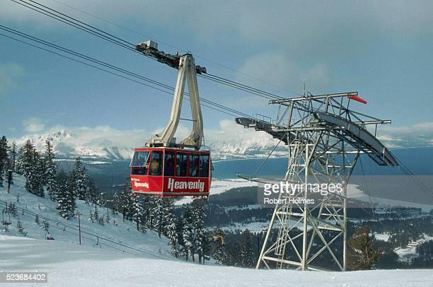 ski gondola at heavenly valley - サウスレイクタホ ストックフォトと画像