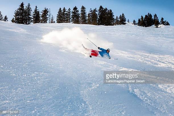 ski holiday, skier falling on powder snow, sudelfeld, bavaria, germany - chute ski photos et images de collection