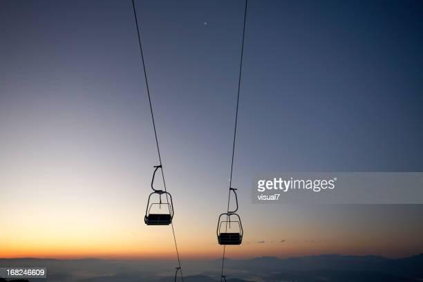 ski lift in den Morgen glow
