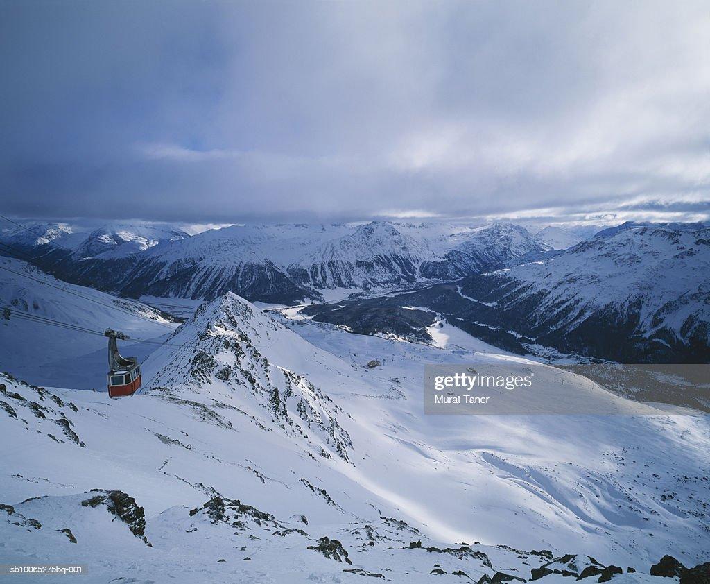 Ski lift over Engadine Valley : Foto stock