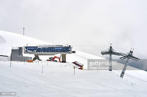 ski lift slope mountain, white snow and clouds - elevator bridge stockfoto's en -beelden