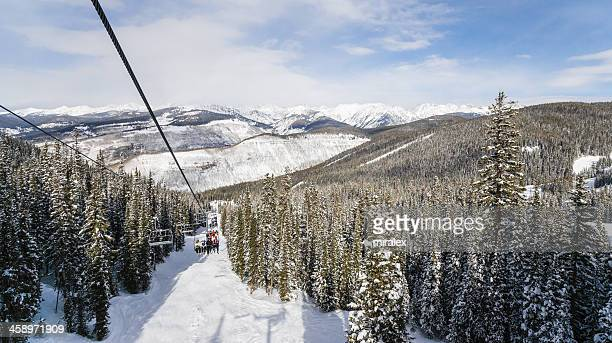 telesilla con skiers en vial, colorado - vail colorado fotografías e imágenes de stock
