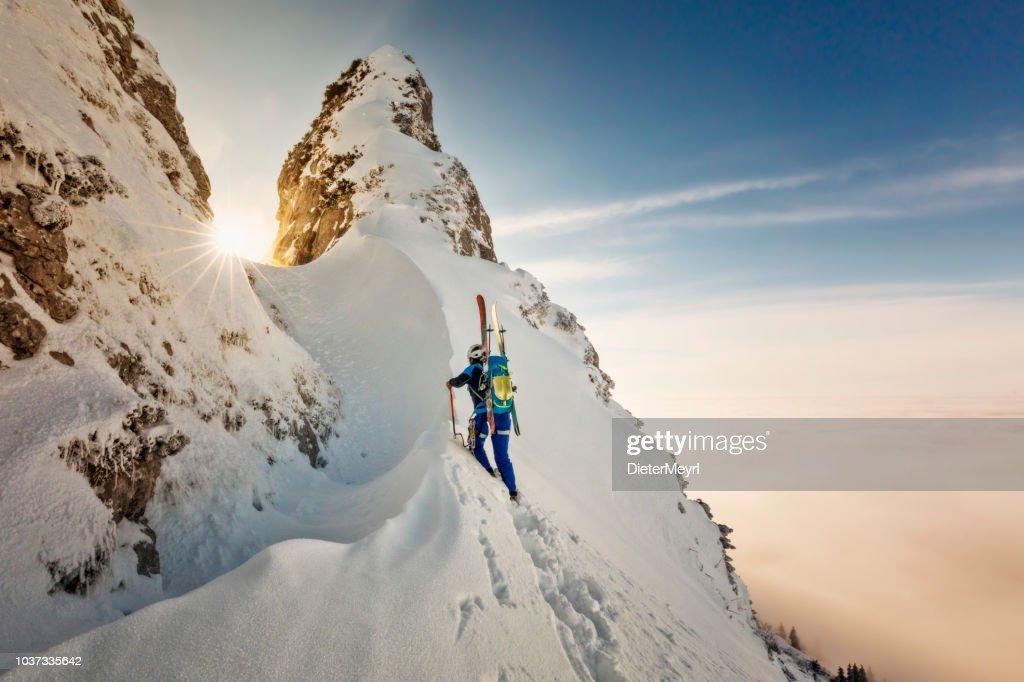 Alpinista de esquí con crampones y hielo ax-Freerider en el camino a la Cumbre - Alpes : Foto de stock