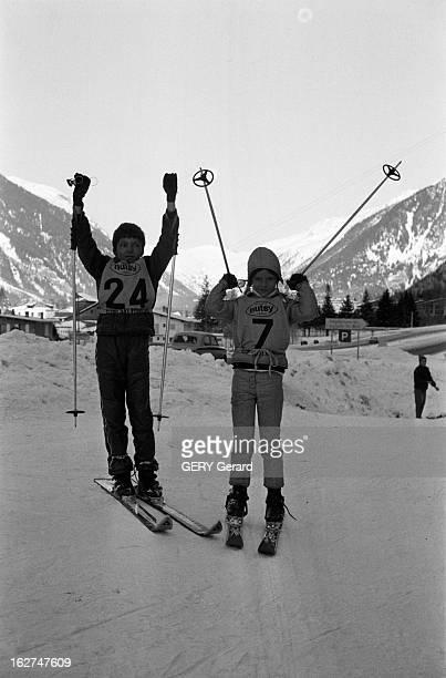 'Nutsy' Competition En France en mars 1970 La compétition de ski NUTSY pour les jeunes Deux enfants équipés de leur dossard lèvent les bras en l'air