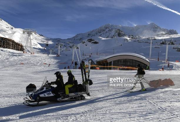 Ski Patrol emergency staff evacuate an injured skier at the Val Thorens ski resort in the French Alps on January 6 2018 / AFP PHOTO / PHILIPPE...