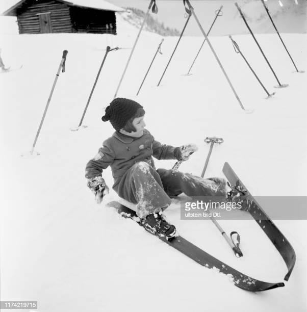 Ski school for children, snow flurry in Arosa 1939: girl has tumbled