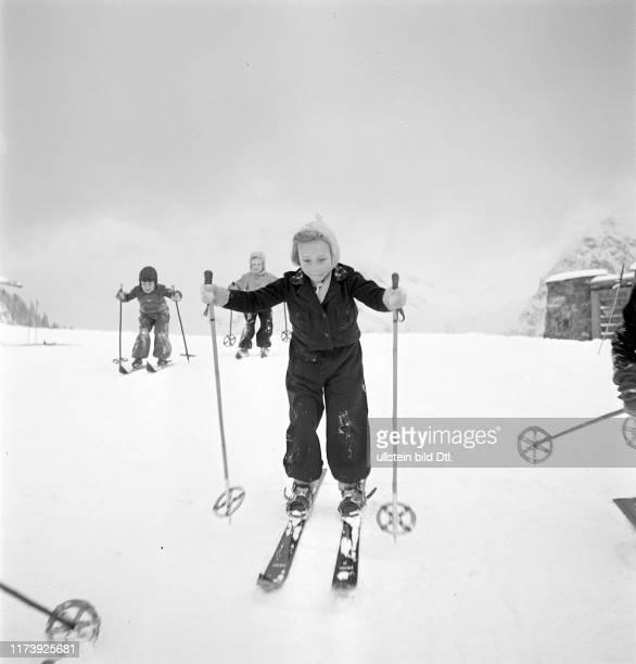 Ski school for children, snow flurry in Arosa 1939: girl
