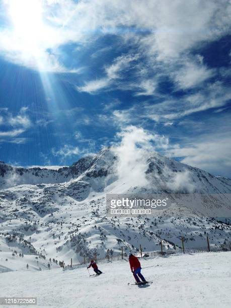 ski slope, skiers ,ski resort, eastern pyrenees, andorra sunny panoramic view, mountain background - アルペンスキー ストックフォトと画像