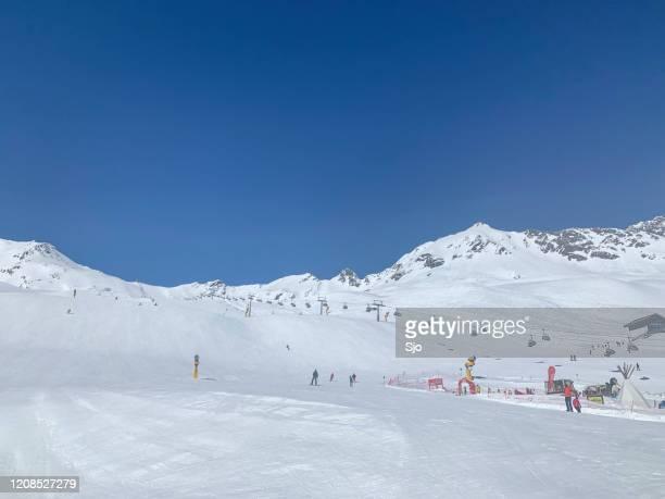 """skipistes en stoeltjeslift in de tiroler alpen in het skigebied sölden in oostenrijk in de winter. - """"sjoerd van der wal"""" or """"sjo"""" stockfoto's en -beelden"""
