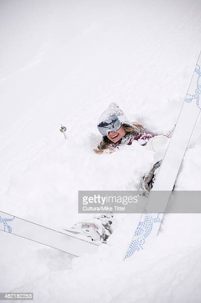 skier fallen in drift of snow - chute ski photos et images de collection