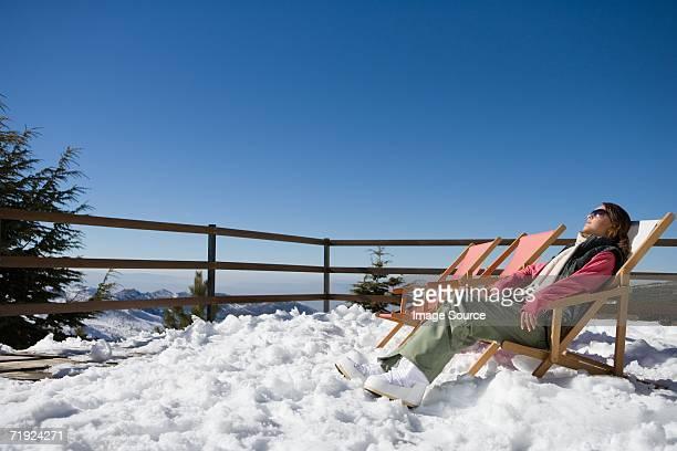 Skifahrer in einem Liegestuhl
