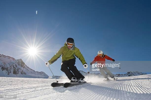 Sciatore in azione con il sole da dietro