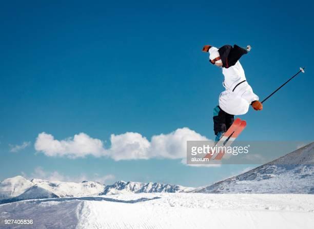 Skieur sautant dans les montagnes des Pyrénées Andorre