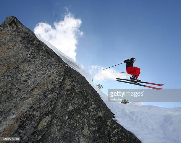 skieur sauter de la falaise - chute ski photos et images de collection