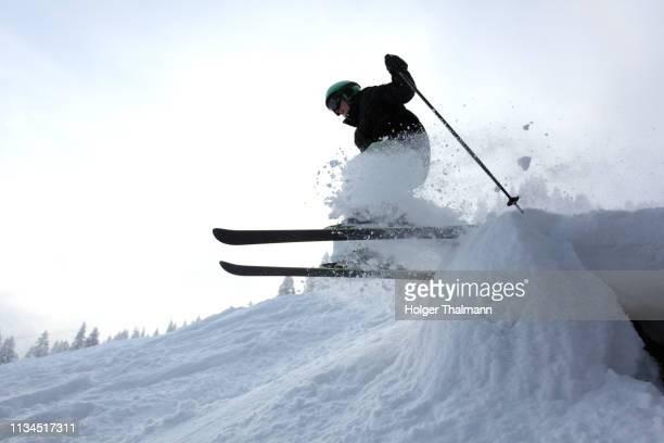 skier jumping - schansspringen stockfoto's en -beelden