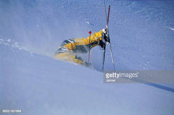 skier lands on head - chute ski photos et images de collection