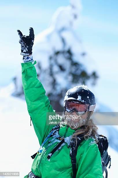 スキーヤーのジェスチャーを作る手の雪