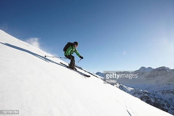 skier riding downhill - sci sci e snowboard foto e immagini stock