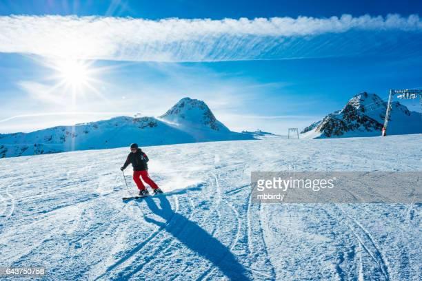Skiër skiën van de helling van skigebied