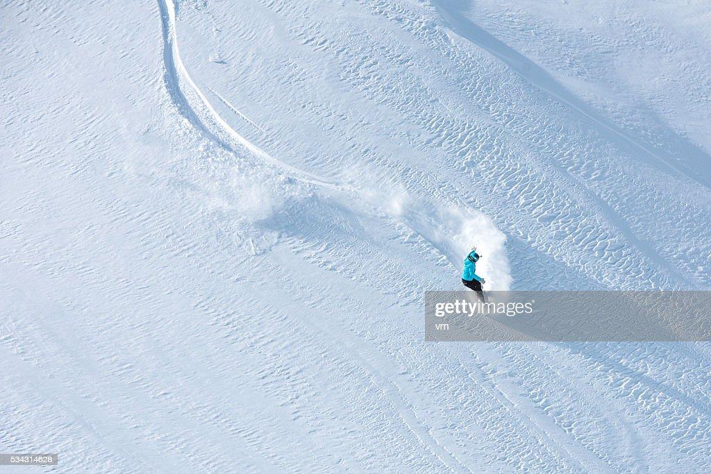 Esquiador de esquí fuera de pista hermoso en una ladera de la montaña : Foto de stock