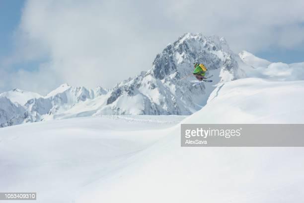 esquiadora esquiar en nieve fresca - truco fotografías e imágenes de stock