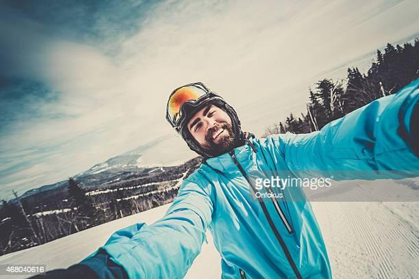 Esquiador, snowboard tomando un autorretrato a la montaña