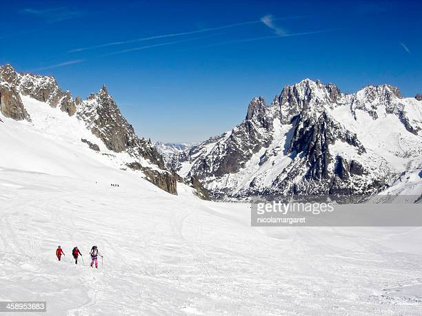 skiers and mountaineers in the valley blanche, chamonix. - mont blanc massif stock photos and pictures