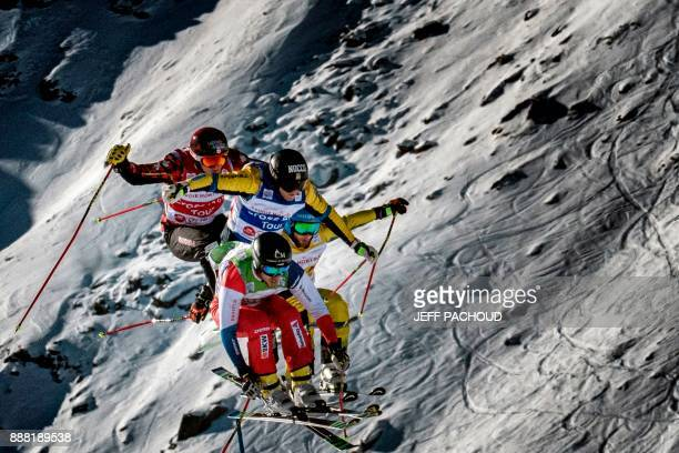 Skiers compete during the FIS Men Ski Cross World Cup on December 7 2017 at the ValThorens ski resort in the French Alps / AFP PHOTO / JEFF PACHOUD