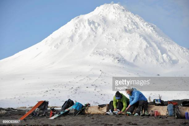skiers gear up on the beach of augustine island in cook inlet - golfo do alasca imagens e fotografias de stock