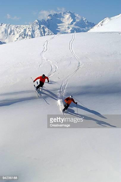 sciatori nei fuoripista - sci sci e snowboard foto e immagini stock