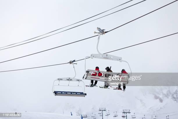 skiërs op de skilift van grandvalira - gwengoat stockfoto's en -beelden