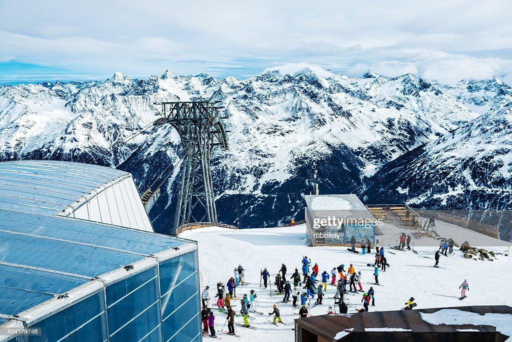 Esquiadores em cima de estância de esqui Soelden, Tirol, Áustria : Foto de stock