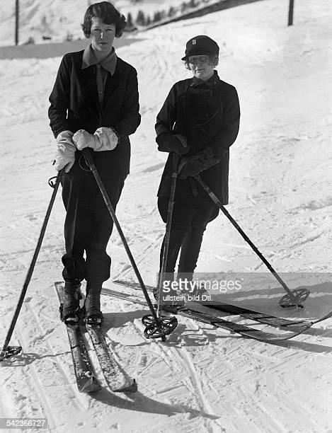 Skiers winter sports Mrs Duncan Harvey and Mrs Arnold Lunnd from London are skiing in Mürren / Schweiz 1926 Vintage property of ullstein bild