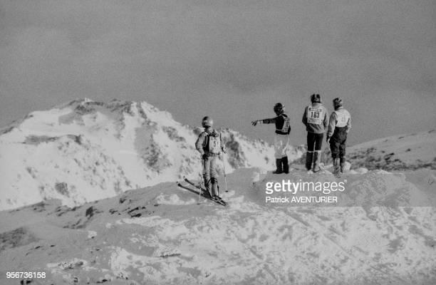 Skieurs au sommet d'une montagne en mars 1986 France