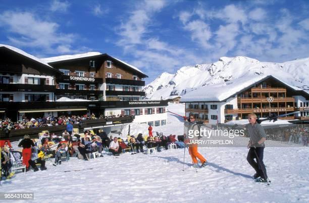 Skieurs dans la station de ski de Lech dans le Land de Vorarlberg Autriche