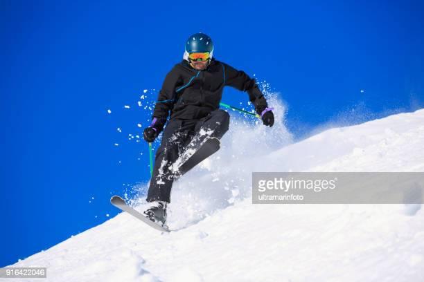 skieuse de falling man accident ski ski en poudreuse.  arrière pays de ski, à la station de ski des dolomites en italie. - chute ski photos et images de collection