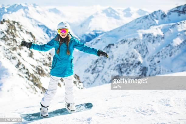 skiën en snowboarden in oostenrijk - wintersport stockfoto's en -beelden