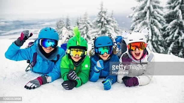 skiën familie plezier op winterdag - wintersport stockfoto's en -beelden