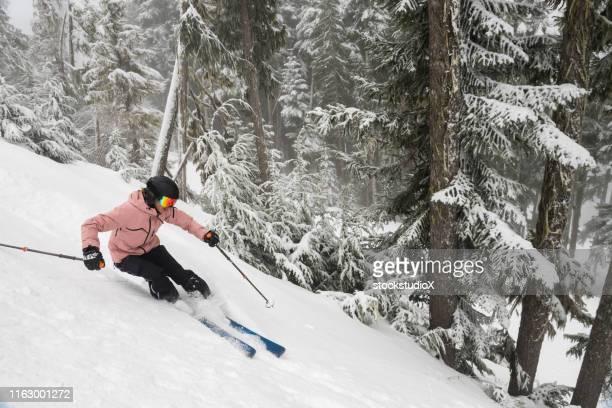 sciare polvere fresca in montagna - sci sci e snowboard foto e immagini stock