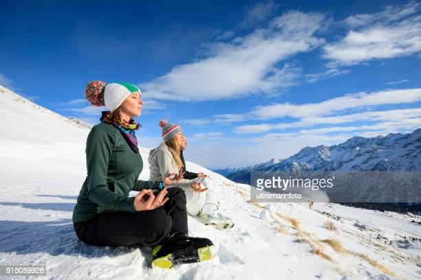 aula de esqui esquiador feliz meditando sobre a montanha top amador de esportes de inverno esqui alpino. grupo de esquiadores. melhores amigos homens e mulheres, os esquiadores de neve desfrutando em estâncias de esqui ensolarado.  paisagem de altas montanhas nevadas. - ski holiday - fotografias e filmes do acervo
