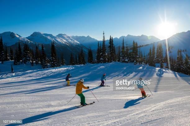 sciare in montagna in una giornata perfetta - sci sci e snowboard foto e immagini stock