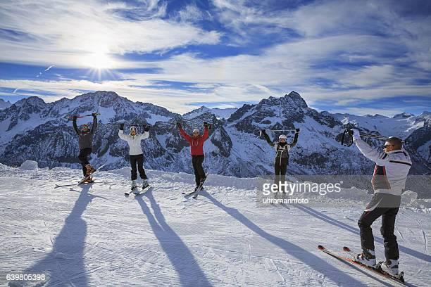 Skifahren Aufwärmen Happy Skifahrer auf den Berg top class