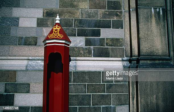 skilderhus or sentry box in front of christiansborg parliament building. - クリスチャンスボー城 ストックフォトと画像